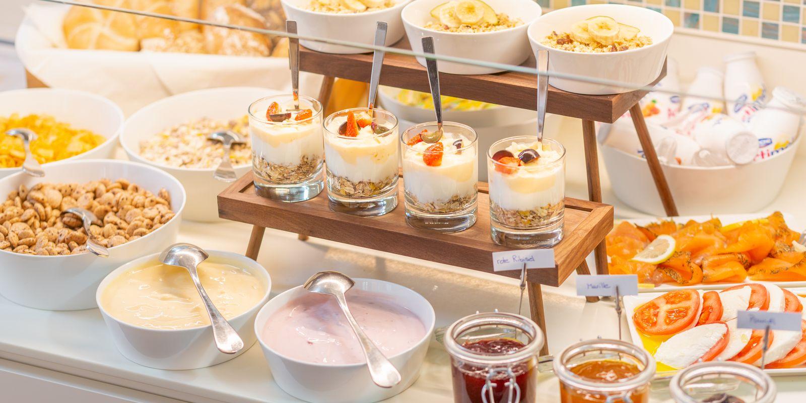 Reichhaltiges Frühstücksbuffet im HiLight Suites Hotel, Vienna