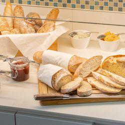 Brot und Marmelade zum Frühstück
