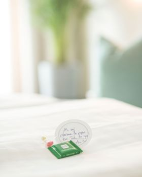 Schokolade-Gruß auf dem Bett im Schlafzimmer