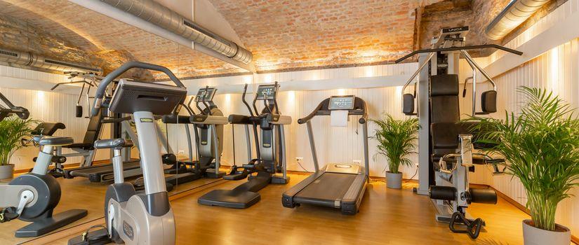 Fitnessraum mit vielen Gärten für ein Workout im Urlaub