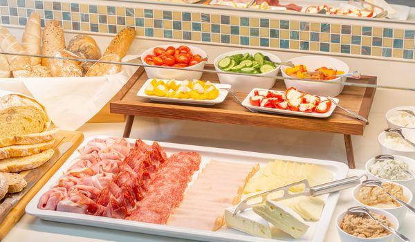 Verschiedene Wurst- und Käsesorten für ein pikantes Frühstück